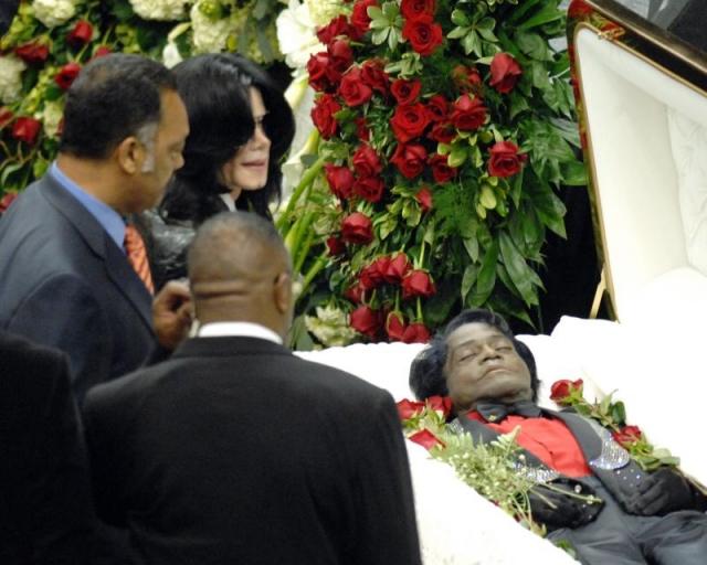 Джеймс Браун. Крестный отец соула скончался в возрасте 73 лет от сердечного приступа на фоне пневмонии. Не удивительно, что похороны любителя шика и блеска были обставлены соответствующе.