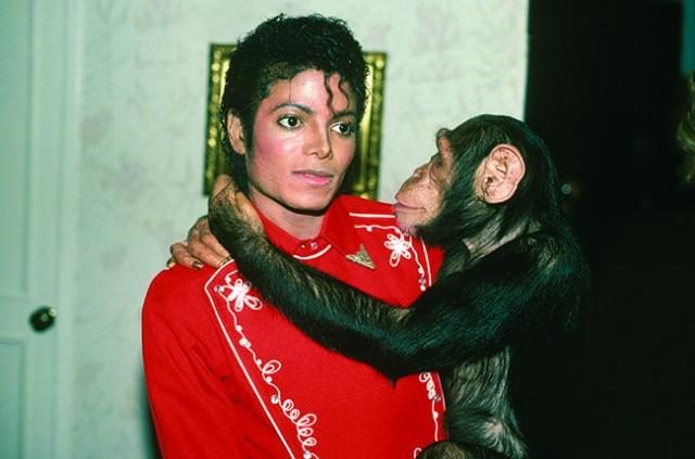 Майкл Джексон. При жизни поп-король был очень странным человеком, за его плечами были странные браки, странные поступки и странные друзья.