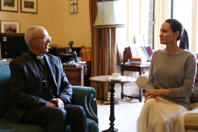 А вот Анджелина Джоли надела тонкий свитер без бюстгальтера на встречу с архиепископом.