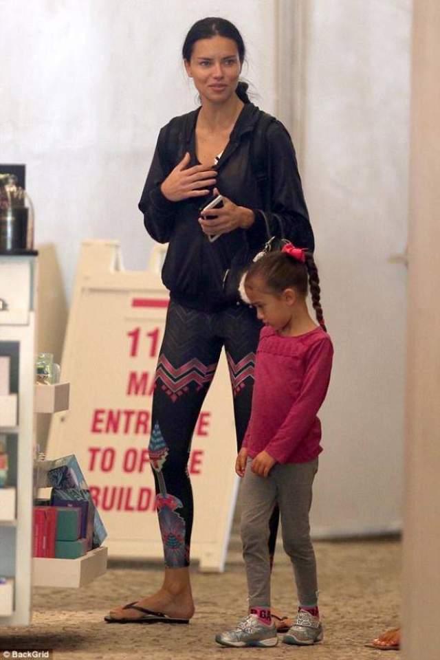 """Если посмотреть на Лиму в обычной жизни, когда она гуляет с дочками, то в ней и вовсе невозможно угадать """"ангела"""". Обычно она одевается как все простые мамы мира, в удобную спортивную одежду, и стягивает волосы в практичный """"конский хвост""""."""