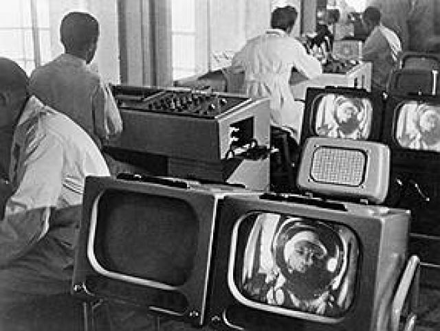 На самом деле трение жаропрочной обшивки космического корабля об атмосферу - рабочий момент, который происходит при каждом полете. Теперь космонавты готовы к этому яркому и впечатляющему зрелищу, которое первым увидел Гагарин.