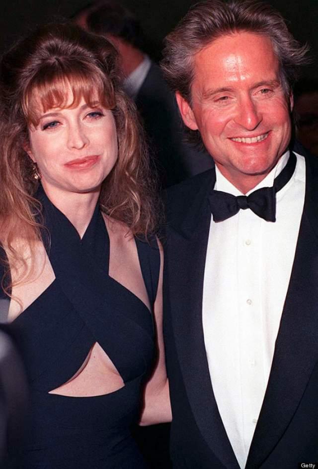 Майкл Дуглас. В 33 года актер стал супругом 19-летней Диандры Лукер, с которой познакомился на одной из вечеринок. Их брак продлился 23 года, после чего супруга подала на развод.