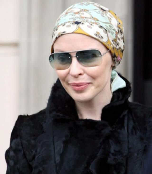 Кайли Миноуг в 37 лет диагностировали рак груди. После того, как ей сделали операцию, певица прошла радио- и химиотерапию.
