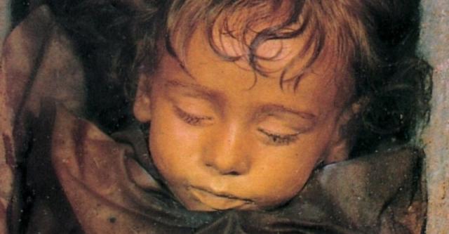 Двухлетняя девочка умерла от инфлюэнцы в 1918 году. После смерти врач сделал ей загадочный укол, благодаря которому тело не разложилось.