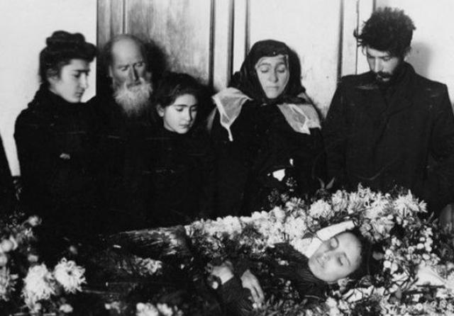 Надежда Аллилуева. Иосиф Сталин до того, как стать руководителем СССР, успел похоронить двух жен. Като Сванидзе скончалась в 1907 году вскоре после рождения сына. Вместе они прожили меньше полутора лет, но молодой революционер очень любил супругу и тяжело переживал потерю.
