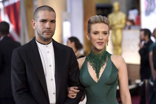 Скарлетт Йоханссон также подала документы на развод со своим вторым супругом, французским журналистом Романом Дориаком.