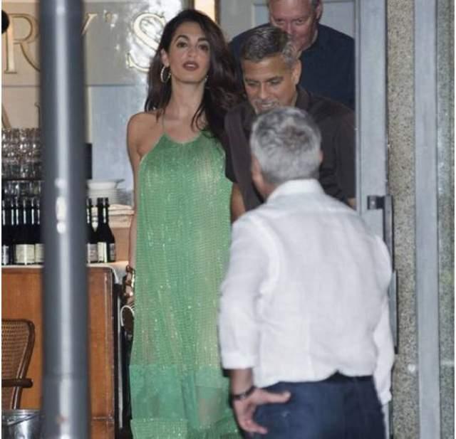 Джордж Клуни с супругой Амаль в одном из ресторанов.