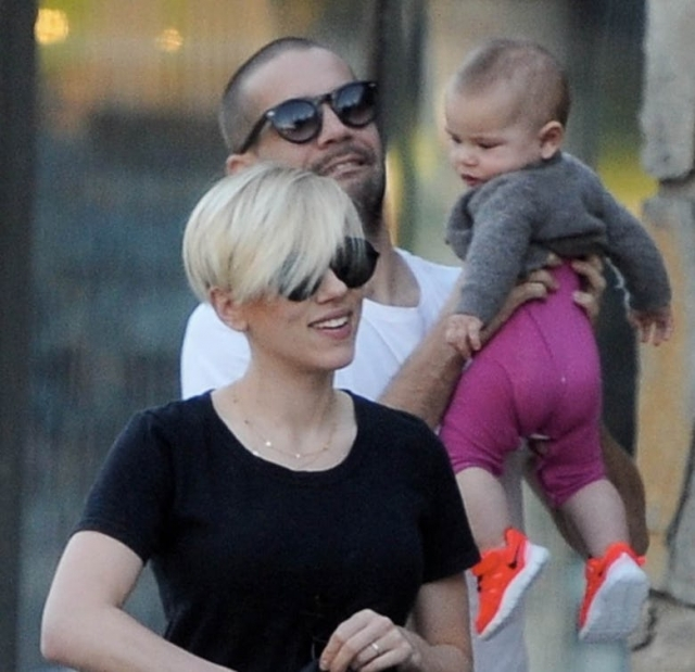 Скарлетт Йоханссон. Актриса родила в сентябре 2014 дочку Роуз Дороти, на этом познания журналистов о ее ребенке заканчиваются.