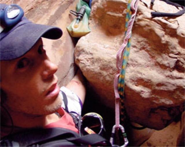 Американский альпинист попал в каменную ловушку: его кисть зажало огромным валуном.
