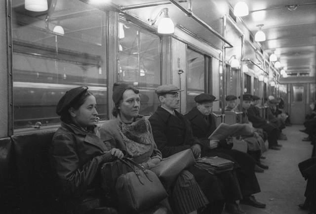 В московском метро по направлению к центру города станции объявляются мужским голосом, а при движении от центра - женским, а на кольцевой линии мужской голос можно услышать при движении по часовой стрелке, а женский - против часовой. В СССР подобное разделение было сделано для удобства ориентирования слепых пассажиров.