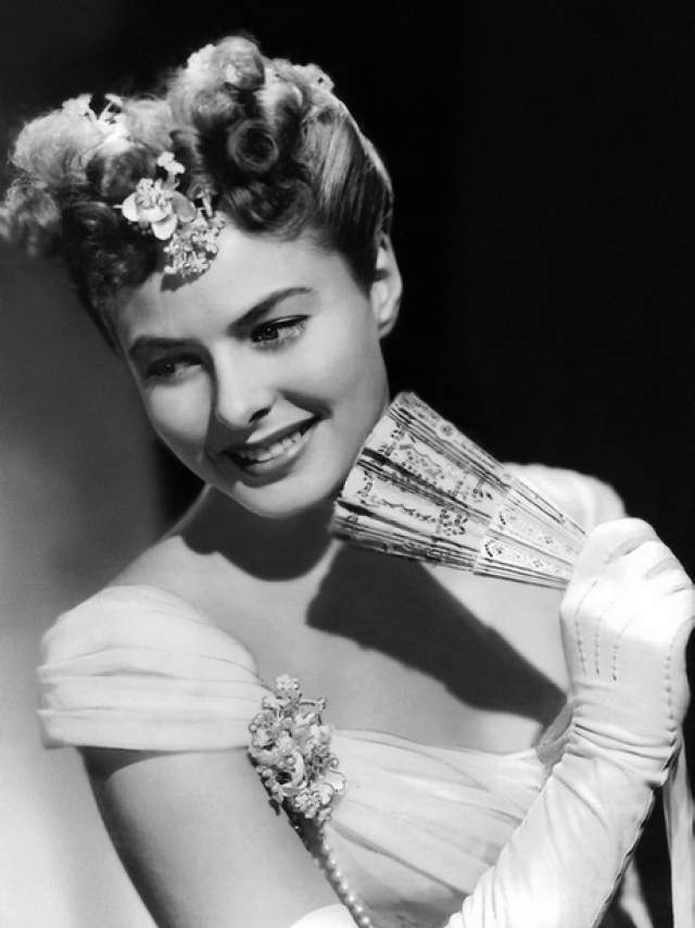 """В первые же летние каникулы она успешно дебютировала в кино в роли служанки Эльзы в комедии """"Граф с Мункбро"""". Коллеги по школе убеждали, что она должна играть в театре, но Бергман упорно шла своим путем."""