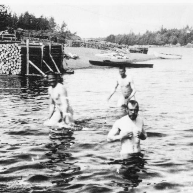 Николай II мог искупаться в озере вместе с простыми мужчинами.