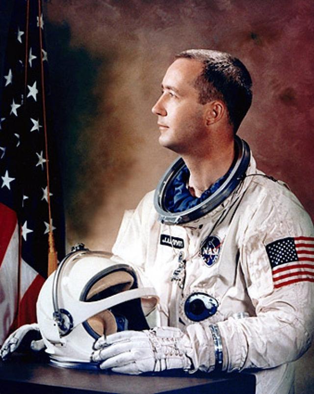 """Джеймс Макдивитт. 3 июня 1965 года """"Джемини-4"""" совершил первый пилотируемый полет. Пилот зафиксировал: """"Я посмотрел в иллюминатор и увидел на фоне черного неба белый шарообразный объект. Он резко изменял направление полета""""."""