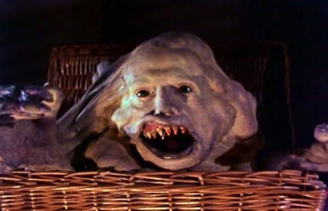 """Билайл из фильма """"Существо в корзине"""" (1982). У женщины родились сиамские близнецы. Дуэйн — обычный человек, Билайл — уродец маленького размера. Позднее врачи решили разделить братьев, операция прошла успешно. Дуэйн купил корзину и стал носить в ней своего уродливого брата, пряча его от посторонних глаз..."""