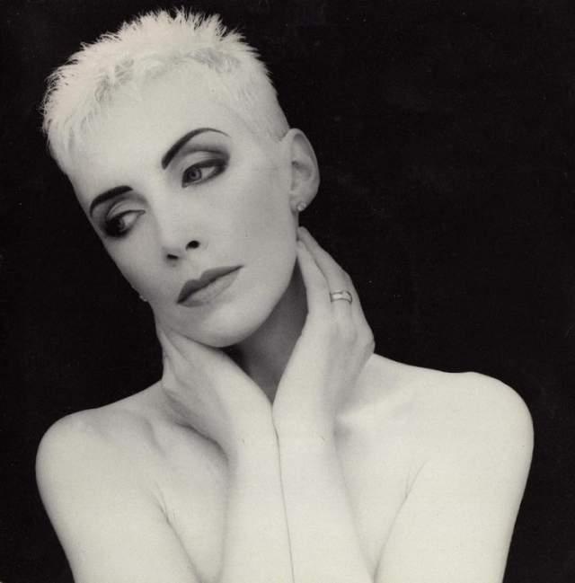 Кроме этого певица довольно часто использовала множество париков разной длины, для чего ее стрижка оказалась весьма удобной.