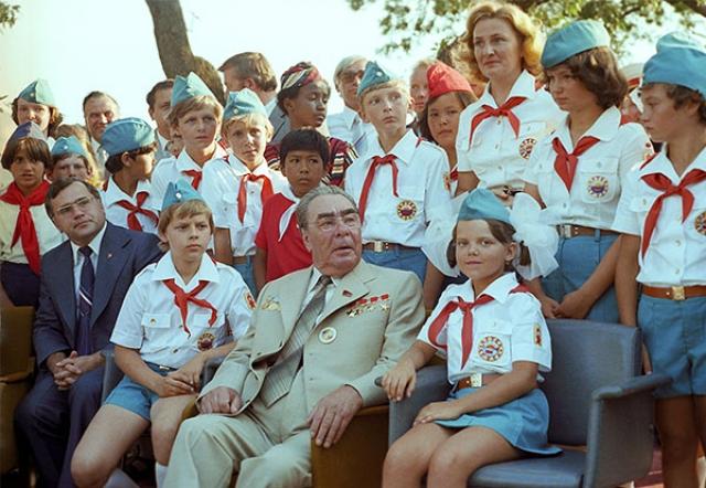 """Собираясь в отпуск в Крым, Брежнев часто любил посещать всесоюзный пионерлагерь """"Артек"""", радуя отдыхающую там пионерию."""