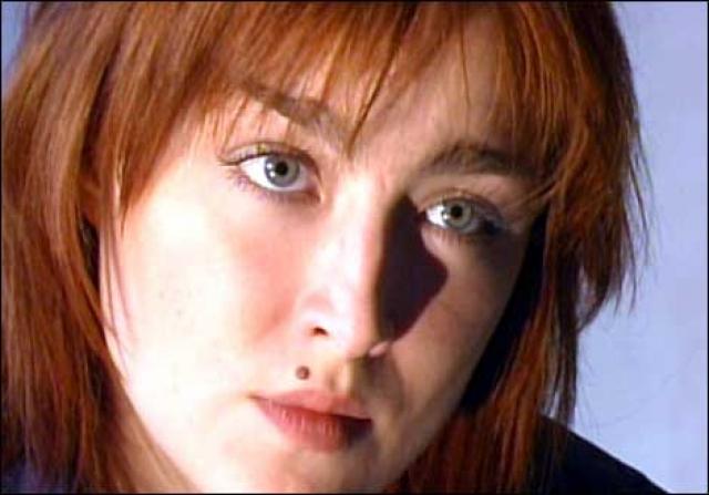 """Точные обстоятельства ее смерти достоверно неизвестны. 11 мая 2002 года подвыпившая Ника ждала друзей, ушедших в магазин за спиртным, сидя на подоконнике пятого этажа, свесив ноги вниз. Гуляющий с собакой мужчина увидел, как она повисла на окне, и услышал ее крик: """"Саша, помоги мне, я сейчас сорвусь!""""."""