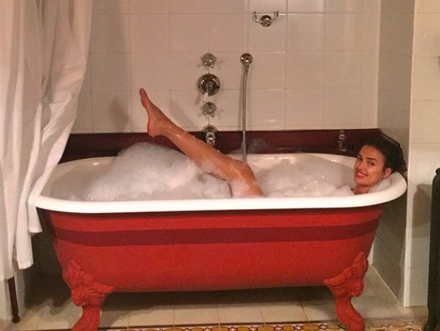 Ирина Шейк также показала довольно пикантный снимок из ванной.