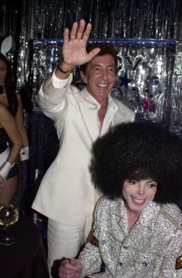 """Майкл частенько просиживал вечера напролет в компании Алвина в принадлежащем мафиози ресторане """"Майами-Бич"""". Часто Малник потчевал певца вином, стоившим ни один десяток тысяч долларов, а Джексон играл ему на рояле."""