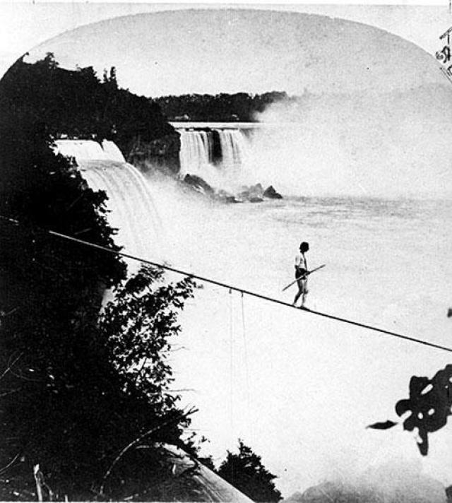 Генри Беллини пересёк водопад в 1873 году… Беллини жил в Англии и прибыл на Ниагару в возрасте 32 лет. 25 августа 1873 он совершил свою первую прогулку.Но не дошёл до середины, упал в воду и был подобран лодкой.