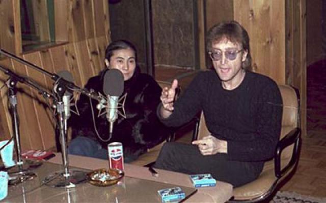 Это фото Леннона и Оно, сделанное за 2 дня до гибели музыканта: через два дня он был застрелен сумасшедшим фанатом. Всего в студии было сделано 10 снимков, каждый из которых сейчас оценивается в сумму свыше 1500 долларов.