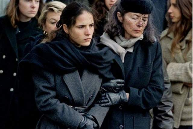 На похороны любвеобильного мужа вдова Франсуа Миттерана наотрез отказалась звать Анну Пенжо с дочерью, но те все-таки пришли. Обе семьи стояли у гроба рядом, при этом зрители, видевшие все происходящее на экранах, сочувствовали им.
