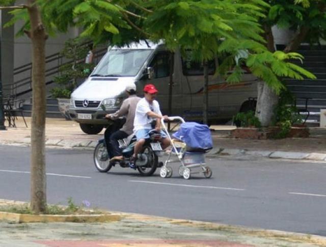 Для папы нет помех на пути к прогулке с ребенком.