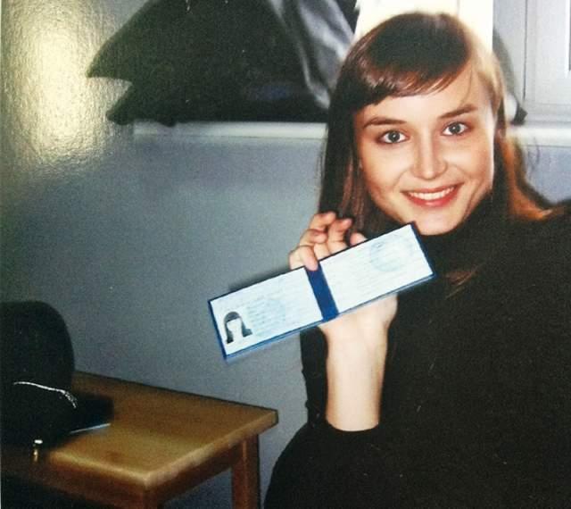 Полина Гагарина со студенческим билетом, полученным во МХАТе.