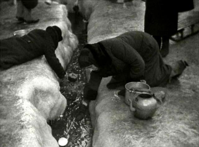 """""""Зима 1942 года была очень холодная. Иногда набирала снег и оттаивала его, но за водой ходила на Неву. Идти далеко, скользко, донесу до дома, а по лестнице никак не забраться, она вся во льду, вот я и падаю… и воды опять нет, вхожу в квартиру с пустым ведром, Так было не раз. Соседка, глядя на меня, сказала своей свекрови: """"эта скоро тоже загнется, можно будет поживиться""""."""
