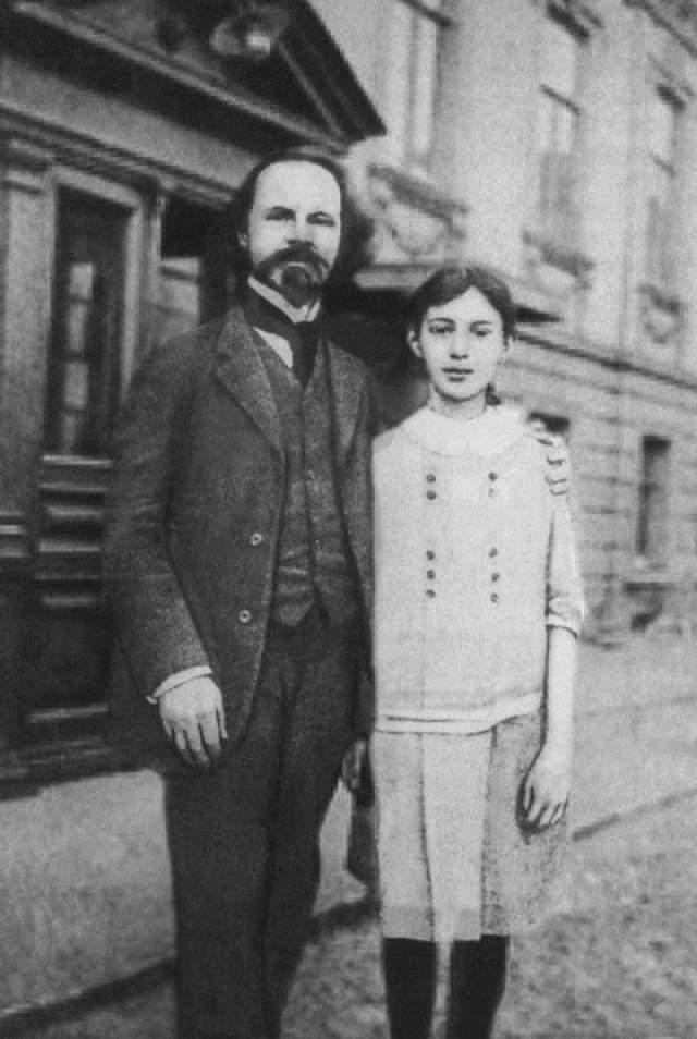 Константин Бальмонт покидал Россию несколько раз: в 1906 году он бежал от властей в Париж, откуда вернулся по амнистии 1913 года. Во второй раз он спасался уже от тяжелой, голодной и нищенской жизни в революционной стране и в 1920 году покинул родную страну навсегда с женой и дочерью.