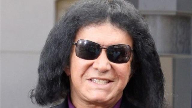 Джин Симмонс. Шок-рокер с недавних пор шокирует публику еще и довольно странной шевелюрой, явно смахивающей на парик.
