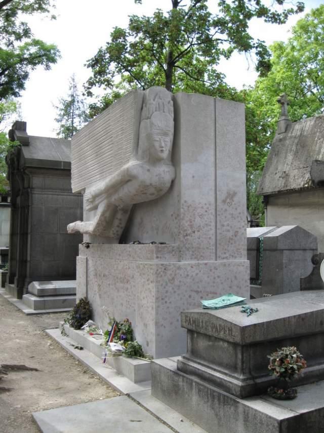 Это могильный камень Оскара Уальда в Париже.