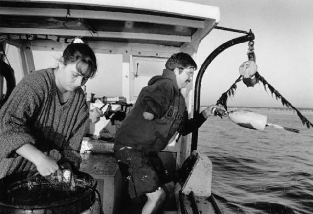 Волна сбросила его в открытое море, и во время падения конечности запутались в тросах. Дуглас оказался подвешенным на веревках за бортом, а его руку выбило из сустава.