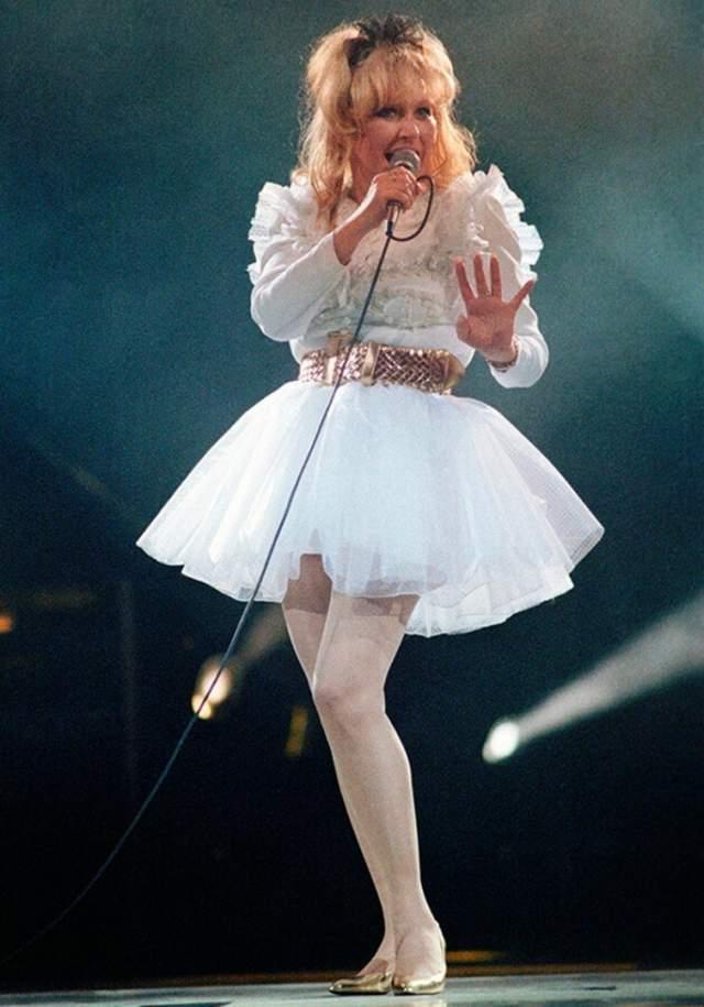 """Алла Пугачева в смелом наряде во время своего сольного концерта в Государственном концертном зале """"Россия"""" в 1993 году."""