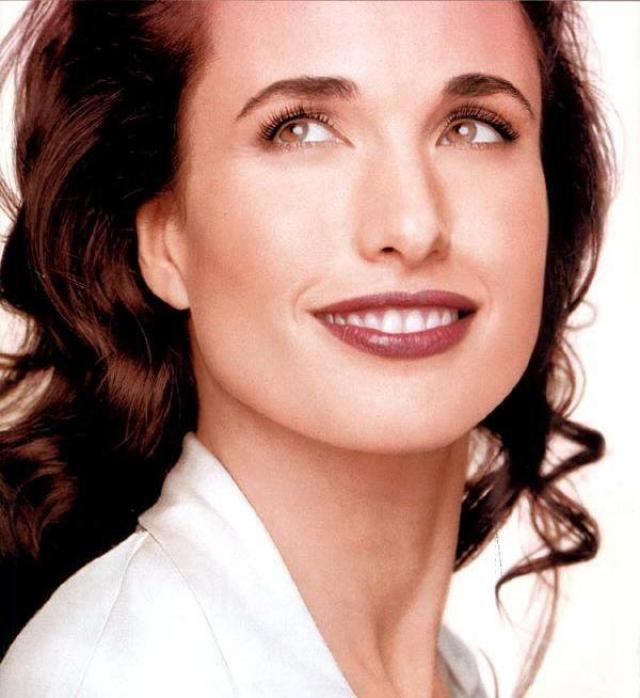 Энди Макдауэлл. С начала 1980-х, до того как сталь популярной актрисой, Энди работала в качестве модели для таких брендов как Yves Saint Laurent, Vassarette, Armani perfume, Sabeth-Row, Mink International, Anne Klein, Bill Blass.