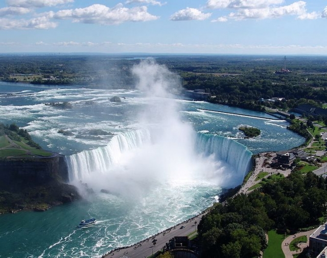Остаётся добавить, что все случаи чудесного спасения зафиксированы на водопадах «Подкова» (Horseshoe Falls) и «Фата́» (Bridal Vail Falls). После падения с «Американского водопада» ни один человек не выжил, поскольку дно его покрыто валунами, а поток относительно слабый и не может отбросить человека дальше от края