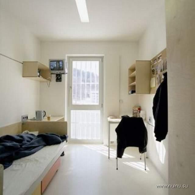 Окна здесь в пол - чтобы пропускать больше дневного света; мебель светлая.