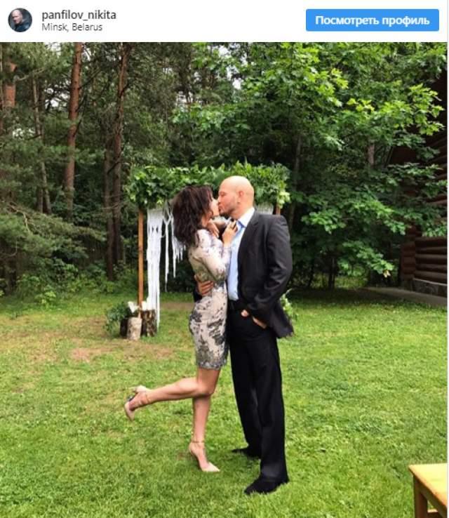 Никита Панфилов и Ксения Соколова. В августе 2017 года российский актер заинтриговал своих подписчиков в соцсети, разместив в Instagram фото вместе со своей возлюбленной. Снимок был сделан во время свадьбы их друзей, а сама публикация была дополнена хештегами, которыми обычно молодожены подписывают свои свадебные фотографии.