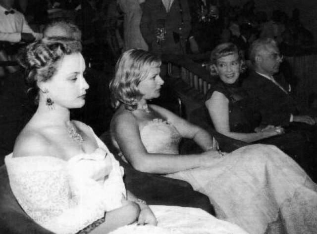 А это Татьяна Пилецкая, Надежда Чередниченко, Марина Ладынина и советский посол на Венецианском кинофестивале в 1957 году.