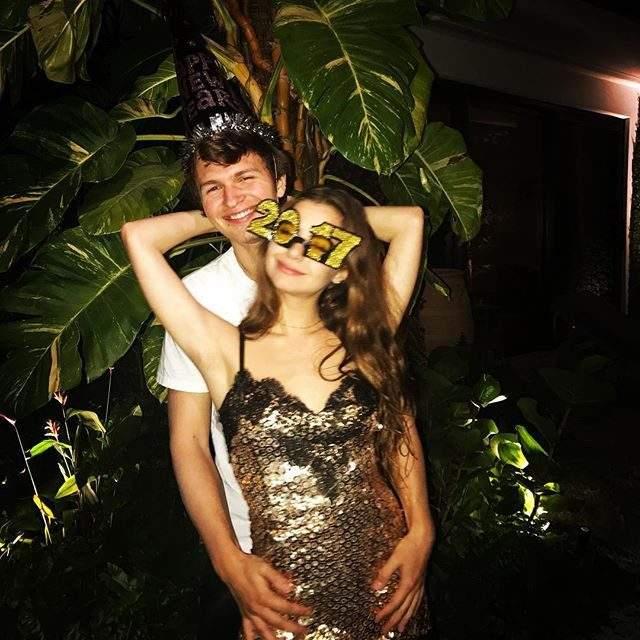 Энсель Эльгрот отметил праздник на вечеринке с подружкой.