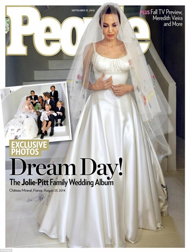 Анжелина Джоли. Если само платье актрисы было классическим, то фата была весьма оригинальна: на полотнище дизайнеры перенесли рисунки Мэддокса, Пакса, Захары, Шайло, Вивьен и Нокса — детей жениха и невесты.