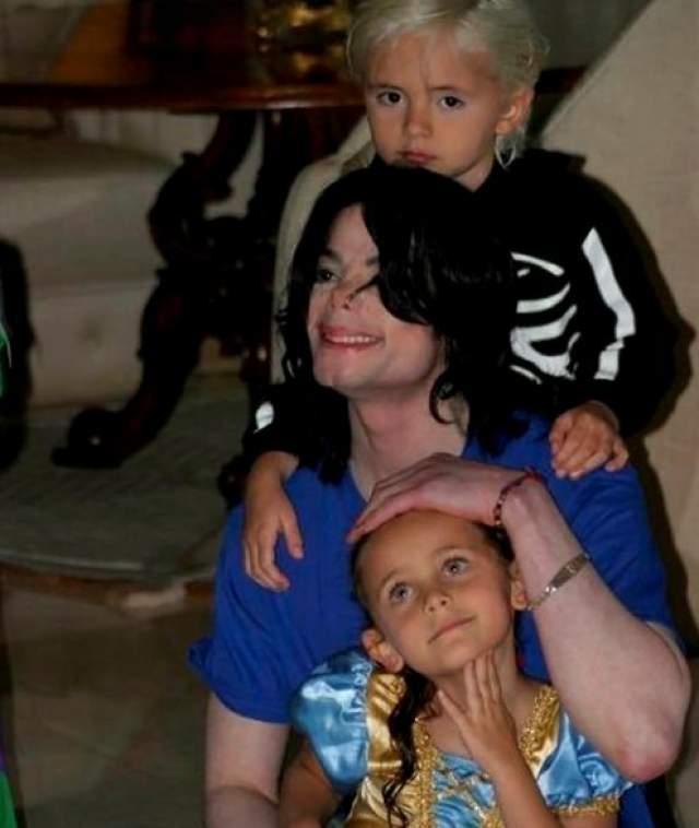 Майкл Джексон. В ноябре 1996 года Джексон женился на Дебби Роу, в браке с которой стал отцом двоих детей - Принса Майкла Джексона, родившегося в 1997 году, и Пэрис-Майкл Кэтрин Джексон.
