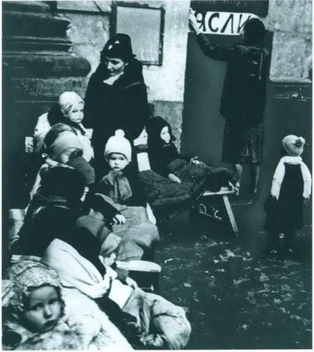 """""""Однажды один из ребят рассказал другу свою заветную мечту — это бочка с супом. Мама услышала и отвела его на кухню, попросив повариху придумать что-нибудь. Повариха разрыдалась и сказала маме: """"Не води сюда больше никого... еды совсем не осталось. В кастрюле одна вода"""". От голода умерли многие дети в нашем саду — из 35 нас осталось только 11""""."""