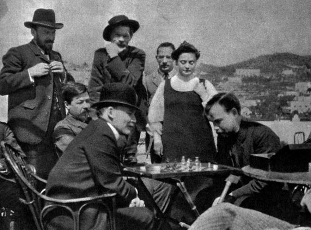 В предшествующих своему визиту письмах Ленин писал, что приедет с женой. Однако Надежда Крупская на Капри так и не появилась, а Ленин, по воспоминаниям современников, приехал не один, а в сопровождении красивой молодой женщины, которая и составляла ему там компанию.