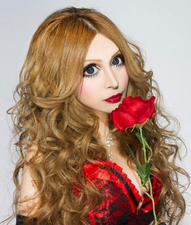 Ванилла Чаму. В Японии увеличение глаз при помощи пластической хирургии – довольно распространенная практика. Однако новые глаза Ваниллы Чаму сильно отличаются от тех, которые были у нее до операции.