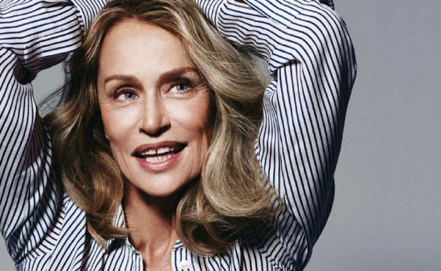Лорен Хаттон. Лорен родилась в США почти 73 года назад, и ее все еще приглашают на модные показы, но не в качестве именитого гостя, а именно в качестве супер-модели и лица компании.