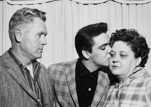 """В семье """"носила брюки"""" Глэдис: Вернон не был амбициозным человеком и не имел постоянного заработка. Семья была бедной; материальное положение усугубилось, когда в 1938 году Вернон был заключен на два года в тюрьму по обвинению в подделке чеков."""