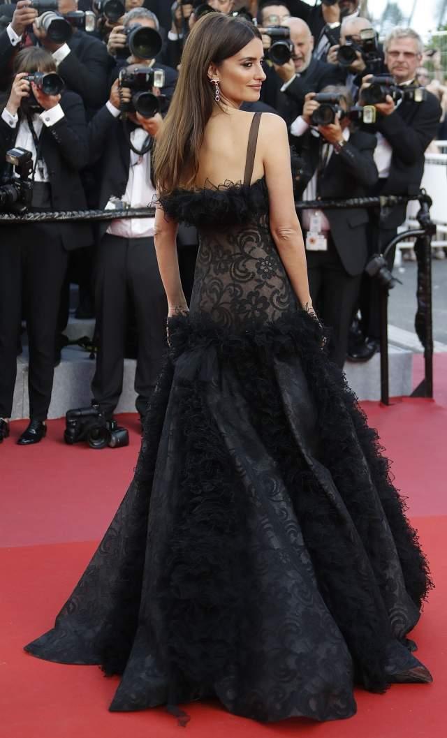 Черное платье Крус изумительно подчеркивало ее стройность: 44-летняя актриса выбрала кружевной наряд на тонких бретельках с пышной юбкой.