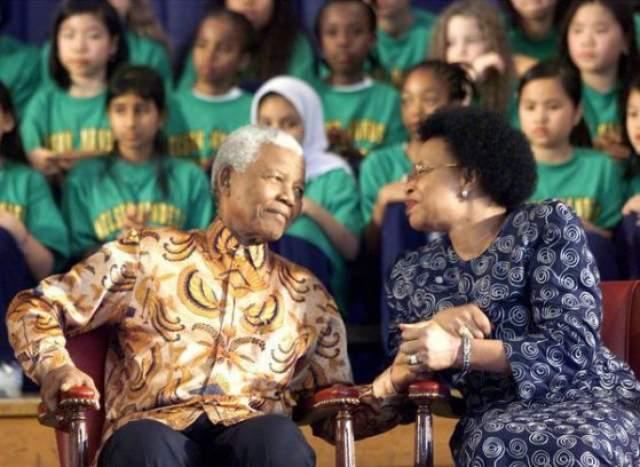 Начиная с 1995 года Нельсон и Граса начали встречаться чаще. По вечерам они созванивались по телефону, и в одном из разговоров прозвучало признание в любви. Граса дала согласие какое-то время пожить в гостях у Манделы в Йоханнесбурге, но события не торопила. Часто она гостила у Манделы по полмесяца.