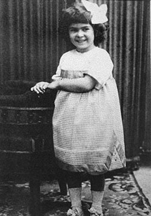 Коко Шанель. Будущая королева стиля родилась в Сомюре в 1883 году. Ее мать умерла при тяжелых родах, а отец не был заинтересован в воспитании отпрысков.